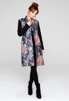 Płaszcz damski we wzorzyste róże