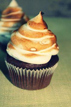 CUPCAKES DE CHOCOLATE Y MERENGUE ITALIANO http://wwwreposteriabego.blogspot.com.es/2014/05/cupcakes-de-chocolate-y-merengue.html?m=1