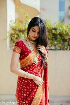See this gorgeous indian bride You will find different rumors about the real history of the wedding dress; Indian Bridal Sarees, Indian Bridal Outfits, Indian Bridal Fashion, Indian Beauty Saree, Bengali Saree, Bengali Wedding, Bollywood Saree, Saree Wedding, South Indian Bride Saree