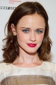 Abbey is sassy, creative and can look after herself. Do you think Alexis Bledel fits the bill? Alexis Bledel, Rory Gilmore Style, Gilmore Girls, Pale Skin Makeup, Hair Makeup, Brown Hair Blue Eyes Pale Skin, Pelo Jennifer Lawrence, Jennifer Connelly, Bold Lips