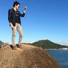 Tiago subindo em uma pedra, já que não tem morro...❤  Foto: Hugo Coutinho