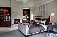 Polcok a hálószoba mellett kandalló és vizuális szimmetria tervezni