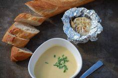 Voor deze soep pof je twee hele bollen knoflook in aluminiumfolie in de oven. Na dat klusje is de rest van deze soep echt een fluitje van een cent.