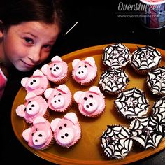 Charlotte's Web Book Club Refreshments: Charlotte and Wilbur cupcakes Charlottes Web Quotes, Charlottes Web Movie, Charlottes Web Activities, Charlotte's Web Book, First Grade Books, Web Class, Web Activity, Starting A Book, Kids Book Club