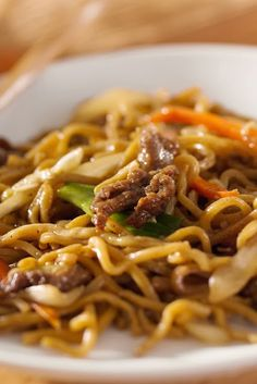 Easy Asian Beef & Noodles ~ This is delicious & satisfies the craving for lo-mein. Make with chicken and shrimp as well, just adjust the ramen noodle flavor to match. From WW cookbook Cooking for Two, it makes a HUGE 10 points serving. Skinny Recipes, Ww Recipes, Dinner Recipes, Cooking Recipes, Healthy Recipes, Dinner Ideas, Recipies, Recipes For Two, Healthy Chinese Recipes