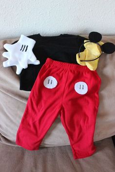 Is you tiny tot fond of Mickey Mouse? This DIY Mickey Mouse costume is super cute and easy. Mickey Mouse Kostüm, Mickey Mouse Halloween Costume, Toddler Halloween Costumes, Mickey Mouse Toddler Costume, Disney Halloween, Baby Halloween, Couple Halloween, Holidays Halloween, Halloween 2013