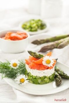 Dieser Spargel Salat lässt sich auch mit Lachs zubereiten! Ein ganz besonderes Rezept für Spargel Salat von herzelieb