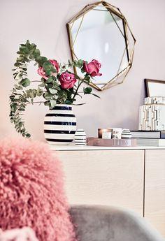 Vase im Streifen-Look! Die Mode macht es vor: Der Winter geht auf Streifzug! Verpasst euren Blumen ein Vasen Kleid in Monochrom Optik und holt Euch den schwarz-weiss Trend ins Wohnzimmer. // Handgefertigte Vase Schwarz Weiß Keramik Blumenvase Bouquet Tischdeko Wohnzimmer Ideen Fell Sidetable Kommode Dekoration Flower #Vase t #Blumen #Wohnzimmer #Monochrom #Streifen #DekoIdeen #WohnzimmerIdeen