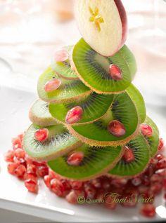 Quattro toni di verde: Natale al VERDE. Come dire... siamo alla FRUTTA! Veggie Art, Creative Food Art, Rainbow Fruit, Fruit Arrangements, Snacks Für Party, Food Decoration, Food Platters, Fruit Art, Food Humor