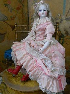 French Pressed Bisque Fashion Doll with Rare Body by Briens.El biscuit demostró ser un material muy versátil, y la segunda mitad del siglo XIX fue testigo de una enorme variedad de diseños que representaban figuras de mujeres, niñ@s, bebes y hombres. Los últimos años del biscuit se ha visto sustituido por el vinilo como material para fabricar muñecos.