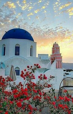 Sunset in Santorini, Greece the reason why I would wanna go there because of the sunset of the clouds and have the sun give that nice shade of it looks calm and peaceful Romantic Holiday Destinations, Travel Destinations, Santorini Island, Santorini Sunset, Destination Voyage, Paros, Photo Instagram, Beautiful Places To Visit, Greek Islands