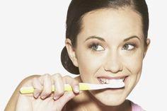 Dents - décoloration - Guillaume Sauzereau - Dents blanches: quels méthodes pour blanchir ses dents? - Il faut savoir que l'éclaircissement des dents s'effectue à partir de deux produits chimiques, du peroxyde d'hydrogène et de carbanide, qui, appliqués sur la dent, vont pénétrer à l'intérieur...