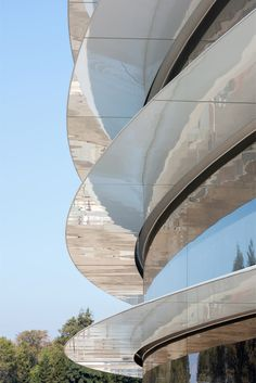 Designed by Foster + Partners, Apple Park is organized around a ring-shaped, million-square-foot central building clad entirely in the world's largest panels of curved glass Norman Foster, Architecture Details, Modern Architecture, Foster Architecture, Commercial Architecture, Apple Campus 2, Apple Headquarters, Central Building, Luxury Houses