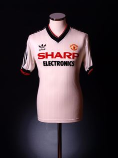 One of the greatest sports on this planet is soccer, otherwise known as football in a lot of countries around the world. Classic Football Shirts, Retro Football, Football Kits, Vintage Football, Manchester United Images, Manchester United Shirt, Football Outfits, Football Uniforms, Football Jerseys