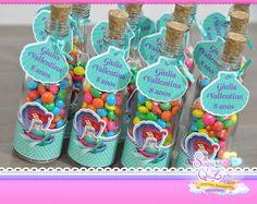 GARRAFINHA PEQUENA SEREIA.  Ela dá um charme todo especial à sua decoração. Indicamos para todas as ocasiões, tais como: chá de bebê, festa infantil, chá bar etc.  Podendo também ser usada como convite. Nos consulte    Será personalizado com dizeres e tema.  GARRAFINHA DE VIDRO  *VAZIA      Pedid... Mermaid Party Favors, Mermaid Theme Birthday, Mermaid Birthday Party Decorations Diy, Little Mermaid Birthday, Little Mermaid Parties, Birthday Party Themes, Underwater Birthday, Velveeta, Mermaid Birthday Invites