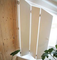 Als je je ruimte wil verduisteren, kan je natuurlijk gordijnen of lamellen ophangen. Maar bijzonderder zijn houten raamluiken. Die vouw je als een harmonica open en dicht en laten geen straaltje licht door. Lees hier hoe je ze maakt! Diy Window, Diy Home Repair, Window Coverings, Wood Shutters Diy, Decor Interior Design, Diy Door, Log Cabin Interior, Curtains With Blinds, Indoor Shutters