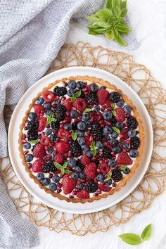 A classic summer dessert recipe: Summer Berry Tart. With a delicious pastry cream and a tart shell, this tart is the best way to use summer berries in abundance. Homemade Cake Recipes, Tart Recipes, Sweet Recipes, Texas Caviar Recipe, Caviar Recipes, Summer Dessert Recipes, Easy Desserts, Holiday Recipes, Dessert Fruits Rouges