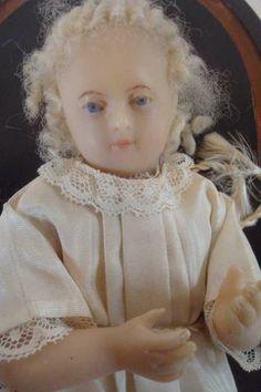 Jésus en cire à cheveux en mohair, habits en soie beige, longueur: 23 cm, sous globe