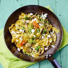 De handige producten van Jamie en Jumbo helpen je om snel een lekkere, voedzame maaltijd op tafel te zetten. 1 Snijd de stengels van de artisjokken bij tot 5 cm van de onderkant en verwijder de taaie buitenste bladeren. Snijd 3 cm van de...