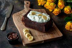 Nutella-banaanikakku on mutakakun tyyppinen mehevä kakku, jonka voit valmistaa leipävuokaan tai tasapohjaiseen kakkuvuokaan. Ihanan suklainen kakku maistuu sellaisenaan tai jäätelön tai kermavaahdon kanssa.  Nutella-banaanikakku 10 annosta  100 g voita tai margariinia 3 dl sokeria 2 kananmunaa 3 dl Myllyn Paras Emännän puolikarkeita vehnäjauhoja 1 tl vaniljasokeria 1 tl ruokasoodaa 2 hienonnettua banaania 2 dl Nutella -pähkinäkaakaolevitettä