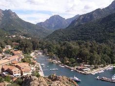 Corsica - Fleuves et Rivières - Porto le village,le fleuve près de l'embouchure,et le port.Porto est un fleuve de Corse-du-Sud. Il coule dans le département de Corse-du-Sud.Naissance sur le territoire de la commune Cristinacce, où il s'appelle ruisseau de San-Petru, à 1 600 mètres d'altitude, près du Capu a Rughia (1 712 m) et de Bocca San Pedru (Col Saint-Pierre) sur le GR 20.