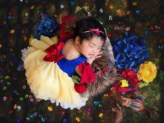 Disney Princess Newborn Babies in Magical Photo Shoot? Toddler Photography, Newborn Baby Photography, Baby Girl Pictures, Newborn Pictures, Baby Snow White, Baby In Snow, Disney Princess Babies, Foto Newborn, Monthly Baby Photos