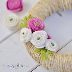 Ranunkelblüten-Kranz aus Filz - ein Frühlings-DIY Hacks Diy, Wedding Centerpieces, Icing, Diy And Crafts, Romantic, Creative, Projects, Blog, Inspiration