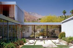 Learn the story of the Kaufmann Desert house in Palm Springs California, one of the most famous modern houses of the century. In 1946 Edgar Kaufmann commissioned Richard Neutra to design a winter vacation home in Palms Springs California… Richard Neutra, Residential Architecture, Modern Architecture, Chinese Architecture, Frank Lloyd Wright, Desert House, Casa Kaufmann, Palm Springs Häuser, Falling Water House