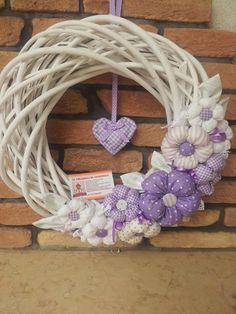 Bella in lilla ♥ Wreath Crafts, Flower Crafts, Rag Garland, Fabric Wreath, Wreaths And Garlands, Summer Wreath, Flower Tutorial, Valentines Diy, How To Make Wreaths