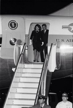 1963. 21 Novembre. By Norman BRADFORD. Jackie and Jack Kennedy appear in open doorway of Air Force One after landing at Fort Worth's Carswell Air Force Base. FWST photographer: Norman Bradford (AR406-6 #4816)