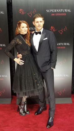 Dee and Jensen at the 300 episode party>>>>goals Winchester Supernatural, Sam And Dean Winchester, Supernatural Seasons, Winchester Brothers, Danneel Ackles, Jensen Ackles Jared Padalecki, Girlfriend And Boyfriend Goals, Danneel Harris, Lap Table