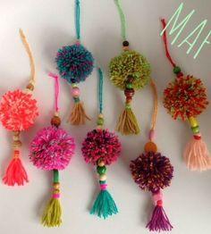 25 Pom Pom Crafts to make you pom pom crazy 2019 Love these super diy boho tassels to hang on purse or tote bag! The post 25 Pom Pom Crafts to make you pom pom crazy 2019 appeared first on Bag Diy. Kids Crafts, Yarn Crafts, Crafts To Make, Craft Projects, Arts And Crafts, Craft Ideas, Kids Diy, Crafts With Wool, Decor Crafts