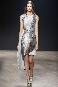 mary katrantzou 2014 | Mary Katrantzou Fall/Winter 2014 | London Fashion Week #Trend - #metallic and #asymetrical