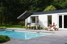 Zwembad met terras van Schellevis tegels. Tuinontwerp tuinaanleg Eindhoven Helmond