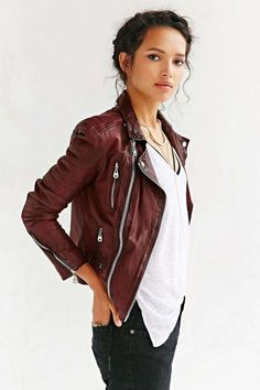 Love the oxblood color and leather jacket style doma oxblood quilted burgundy leather jacket. Fashion Mode, Look Fashion, Autumn Fashion, Womens Fashion, Badass Women Fashion, Urban Fashion Women, Grunge Fashion, Ladies Fashion, Fashion Photo