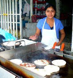 El Salvador, San Salvador-Joven preparar Pupusas en un puesto de carretera.