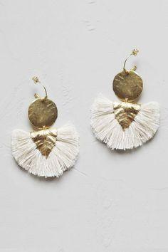 Craquez pour cette jolie pièce de la collaboration Elise Tsikis x Laure de Sagazan!Boucle d'oreille base vermeil, ornée d'une pièce plaquée or, d'une breloque feuille plaqué or, et de pompons 100% coton.Fabriqué en France, à la main, dans l'atelier parisien de la créatrice.