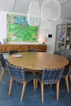 Combinação irrepreensível entre móveis funcionais, luminárias estilosas, piso contemporâneo e obra de arte cheia de vida na Casa da Praia Decortiles - Casa Cor 2017.