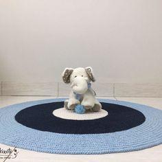 Lindo tapete de crochê nas cores creme, azul marinho e azul bebê fazendo um lindo composê. O tapete complementa a decoração, um charme para o quarto dos pequenos . Feito sob encomenda pode alterar ou alternar as cores. Será um prazer fazer seu tapete