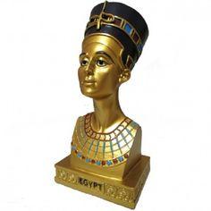 Busto Rainha Nefertiti Em Resina G 20cm <br>Produzido em Resina com pintura especial. Inscrições em alto relevo. <br>Nefertiti, cujo nome significa a mais bela . Ela se casou com o homem mais poderoso do mundo, tornou-se sacerdotisa de uma nova religião e acabou adorada como deusa. No fim da vida, governou sozinha o maior império de seu tempo. <br>Fabricação Artesanal em Resina <br>Foto ilustrativa. Pode ocorrer pequenas variações de cores,peso e tamanho, devido à pintura e o produto ser…
