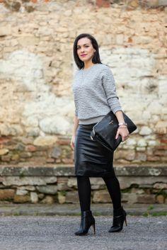 Elena Tee: Total Look Patrizia Pepe: Felpa Grigia + Gonna in (eco)Pelle + Clutch Nera