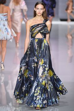 Ralph and Russo Spring/Summer 2018 Ready To Wear Fashion 2018, Fashion Week, Runway Fashion, Spring Fashion, High Fashion, Fashion Show, Fashion Design, Ralph & Russo, Ball Dresses