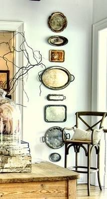 Ich liebe diese Idee, Tabletts linear in den Spru . - I love this idea of adding trays in a linear fashion to spruce up a wall in the dining area! Thrift Shop Finds, Thrift Stores, Flea Market Finds, Sweet Home, Trendy Home Decor, Southern Homes, Vintage Decor, Antique Decor, Vintage Furniture
