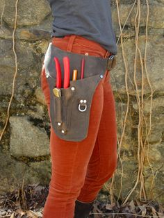 For the discerning gardener. Tailored pockets hold pruners, a folding knife and pencils. The main pocket is the perfect spot for your phone or other favorite tools and particulars. Each belt is made-to-order from high quality oil tanned leather that is both supple and durable with a