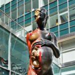 The Virgin Mother, escultura de gran formato con la que Damien Hirst cumple con casi todas las características del arte posmoderno, a partir del placer.