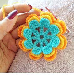 💕bu çiçeklerden birkaç yıl önce çok miktarda yapmıştım en eski takipçilerim bilir ❤️ kırlentler, battaniyeler örmüştüm çok da keyifliydi 👌🏻 eğer örmek isterseniz sizler için yapılışını paylaşmak isterim 🙈 isteyenler 👋🏻 el kaldırsın bakalım 🤔 yarın akşam birlikte örelim 👍🏻 . . #flowers #crochetflower #crochet #thepillows #blanket #battaniye