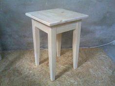 Классический деревянный табурет