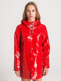 Rain coat Street Style Casual - - Rain coat For Women Outfits - Rain coat Green - - Red Raincoat, Vinyl Raincoat, Raincoat Outfit, Casual Street Style, Best Rain Jacket, Vinyl Clothing, Rainy Day Fashion, Raincoats For Women, Rouge