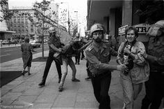 Słynny fotograf i fotoreporter wojenny Krzysztof Miller został pobity przez milicję podczas demonstracji anarchistów. Zdjęcie powstało w 1989 roku.