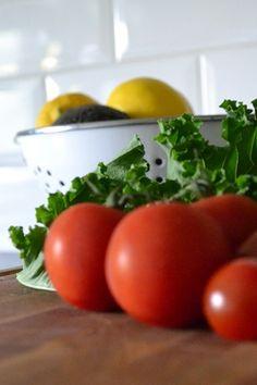 Tuoretta. Lehtikaali. Healhty food. Tomato and kale. Fresh food.